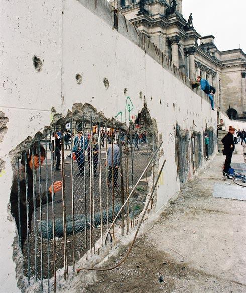 возле Берлинской стены и