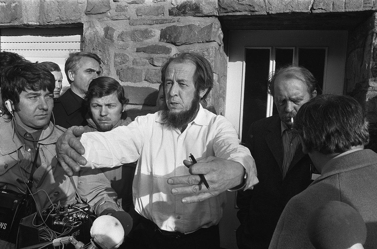 Александр Исаевич Солженицын вскоре после его высылки из СССР в доме писателя Генриха Бёлля, ФРГ, 14 февраля 1974 года. Фото: Bert Verhoeff/Aneto/Dutch Nacional  Archive/wikipedia.org