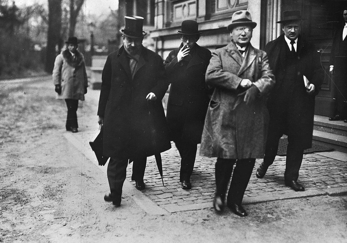 Члены советской делегации на переговорах в Берлине  (слева направо): Георгий Чичерин, Карл Радек, Максим Литвинов, Стефан Братман-Бродовский, 1922 год