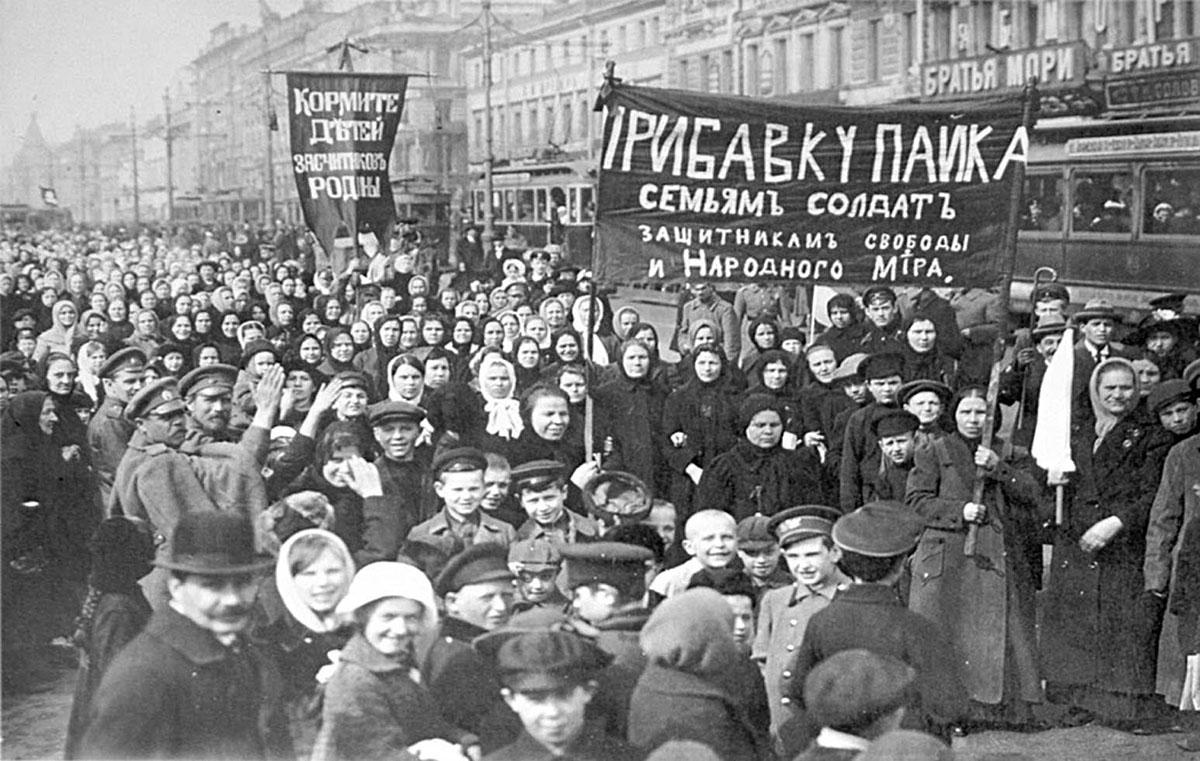 Демонстрация работниц Путиловского завода, Петроград, конец 1916 года. Фото: 1916/East News
