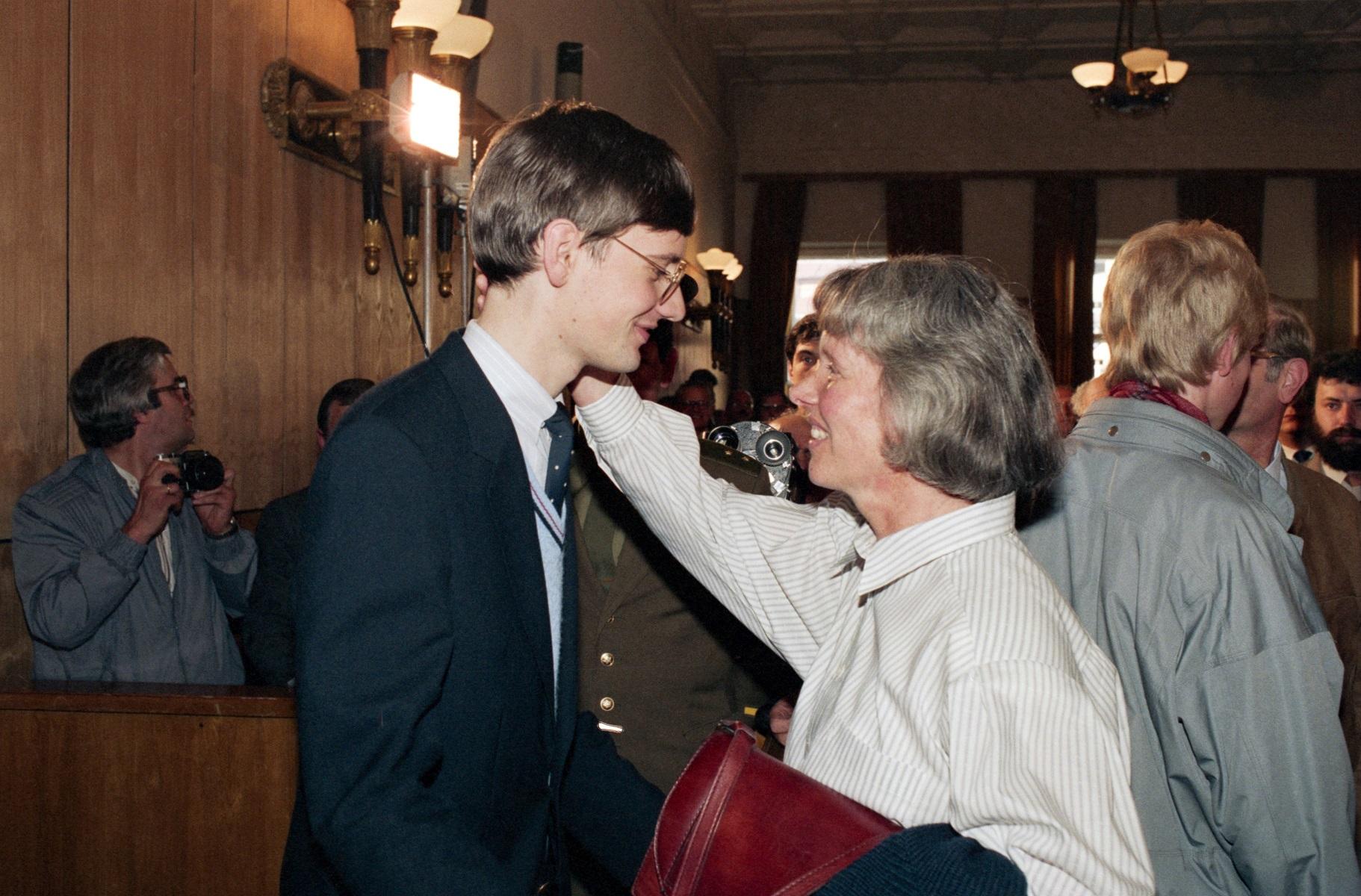 Матиас Руст с матерью в зале суда после вынесения приговора, Москва, 4 сентября 1987 года