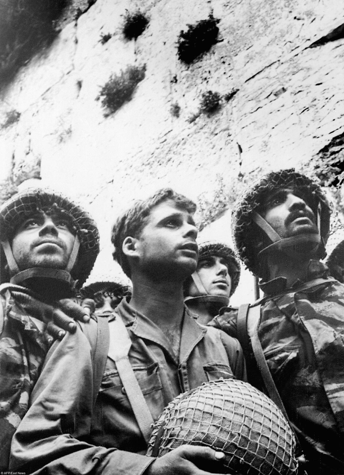 Солдаты Армии обороны ИзраиляуСтены Плача в Иерусалиме,9 июня 1967 года Фото: AP/EAST NEWS