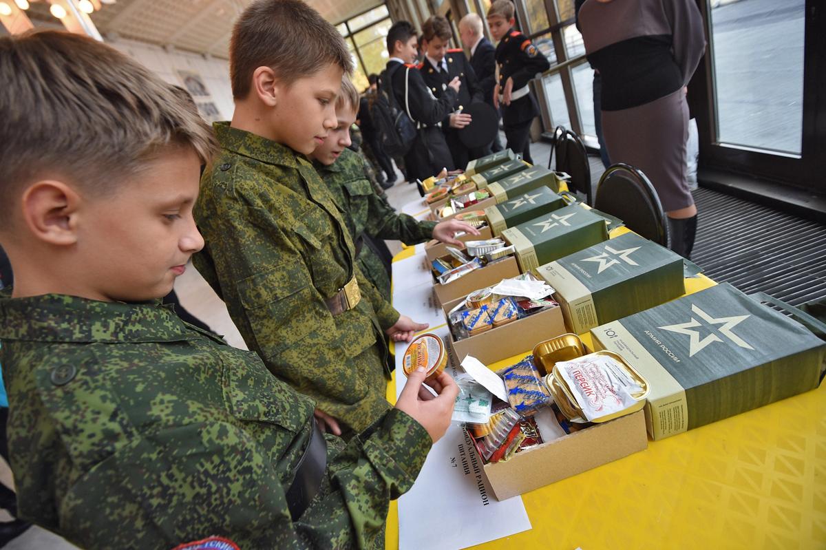 Знакомство с солдатским сухпаем входило в программу слета Московского регионального отделения «Юнармии», Москва, 12 октября 2016 года