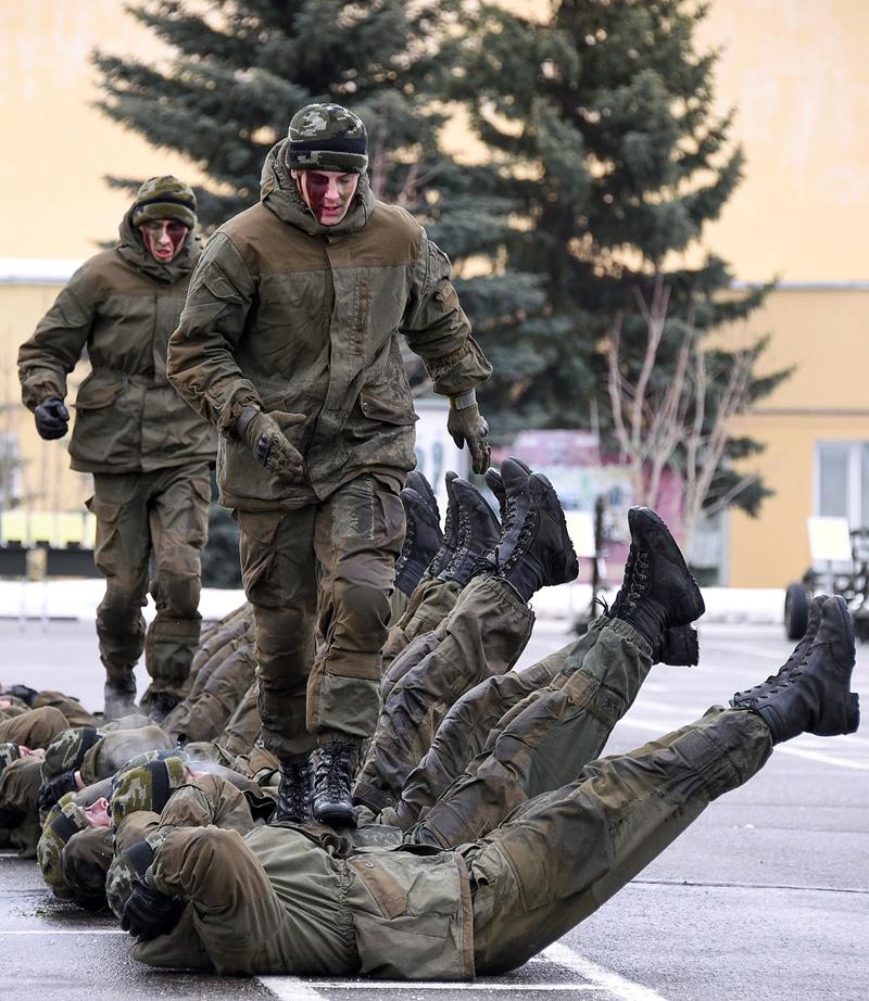 Военнослужащие Росгвардии во время курса боевой подготовки, Московская область, февраль 2017 года. Фото: Дмитрий Коротаев/Коммерсантъ