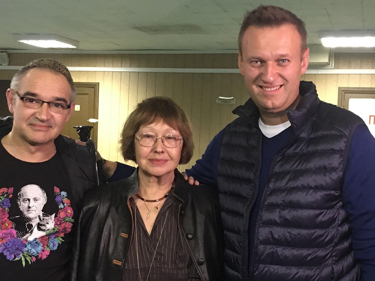 Антон Носик с мамой Викторией Мочаловой и другом Алексеем Навальным