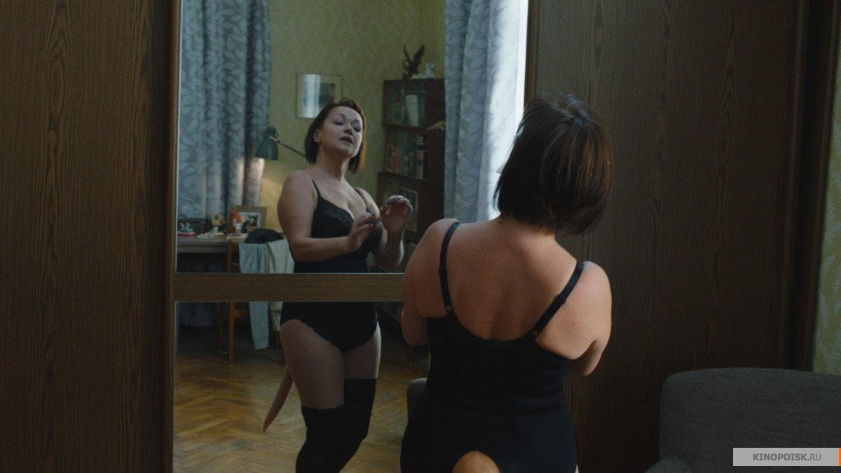 Видео девушка меняет труусы
