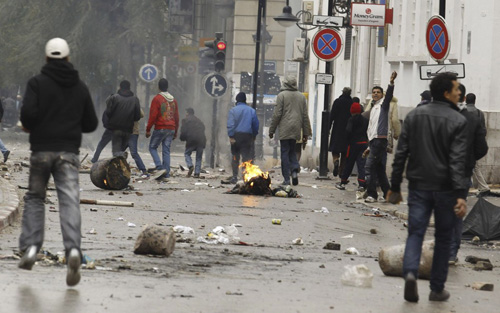68799-anti-government-protesters-clash-with-riot-police-in-downtown-in-tunis.jpg